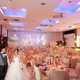 披露宴会場は白を基調とした幻想的なキャンバスと変わる。
