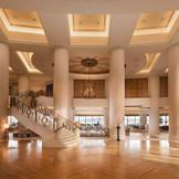 3階まで吹き抜けのロビーの正面には、大きならせん階段がり、撮影スポットとして花嫁に人気♪