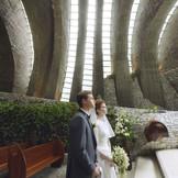 石とガラスのアーチから差し込む陽光が、刻一刻と堂内の表情を変えてゆく。