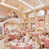【VILLA SWEET】きらめくシャンデリア、会場内の階段が上品な可愛らしさを演出してくれる大人の邸宅。会場内には大階段を用意。可愛らしく華やかな雰囲気に。オシャレで可愛い家具と小物が飾られたふたりを輝かせる空間でアットホームな時間を過ごして。