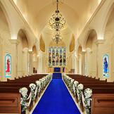 首都圏最大の独立型大聖堂。「永遠」を意味するロイヤルブルーのバージンロードはウエディングドレスが、より一層美しく映える。