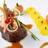 メイン料理の国産牛フィレ肉は、サーブするタイミングをはかりながら仕上げるシェフの技を堪能できる一皿