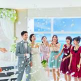 フラワーシャワーや生演奏など、多彩な演出で最上階で幸せな時間をゲストと過ごせるのが魅力。