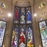 【ステンドグラス】チャペルの祭壇上で圧倒的な存在感。色鮮やかなステンドグラスがお二人の挙式を彩ります。