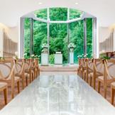 2014年8月リニューアルした、クリスタルチャペル「ルミエール」。聖壇前が一面ガラス張り。まばゆい光と庭園の緑もふたりを祝福してくれる。