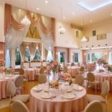 高い天井にキラキラ煌めくシャンデリアが、華やかなパーティを彩る。ホワイトを基調とした空間は、大人可愛いコーディネートもよく映える!プリンセス気分で特別な一日を過ごして