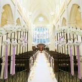 ブルーのステンドグラス輝く大聖堂。長さ20メートルのバージンロードも圧巻