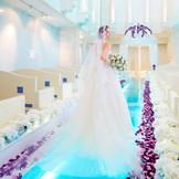 純白のドレスが際立つ、エレガントなフラワーコーディネート