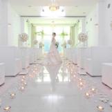 自然光に純白の大理石が浮かぶ明るいチャペル。天井まで続く大きな窓の奥にはフォーターフォールがあり、神秘的な雰囲気にも演出可能な挙式会場。オリジナルセレモニーも叶うので、ふたりらしい挙式を実現しよう