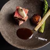 神戸迎賓館に併設する、全国でも名高い記念日レストラン「ル・アン」。「ル・アン」のレストランメニューを手掛けるシェフが婚礼料理も振る舞う。特別な日に相応しい美食でもてなして。