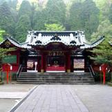 1200年以上の歴史をもつ大人気の縁結びの神様、箱根神社での挙式も叶う。ホテルから20分ほどの距離に位置しており、ご送迎も可能だから安心。日本ならではの由緒正しい結婚式を…。