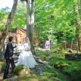 軽井沢の自然を存分に感じて頂ける小川の流れる中庭は、写真撮影のスポットとしても人気。小川のせせらぎを聴きながらお二人も自然とリラックスした表情に。