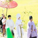 挙式会場へと向かう花嫁行列