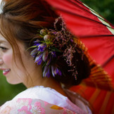 小ぶりな生花で自然なヘアアレンジ