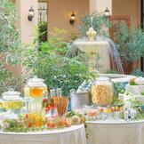 中庭で楽しむデザートビュッフェ