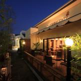 アオヤマカフェの外観。 夜は昼とは違ったこんな表情を見せてくれる。 アオヤマカフェでは2次会も承っております。是非素敵な1日をお過ごし下さい。