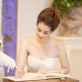 誓約書にサイン。心に誓い、相手に誓い、家族に近い、ご友人はじめゲストに誓う。オワゾブルーのウエディングは法律上夫婦になったことを証明するCivilWeddingのスタイルで行います。