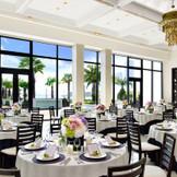 ウッドデッキガーデンがすぐとなりにある開放的な披露宴会場。 会場内は白がベースなので装飾はおふたりにあわせて!