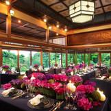 【大広間】二面ガラス張りで広大な日本庭園望める披露宴会場(ご着席98名様まで)
