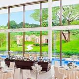 博多の森迎賓館:2面ガラス張りで自然光差し込む会場は温かみに溢れ、会場内から見えるお庭の景色は絶景です!収容人数160名