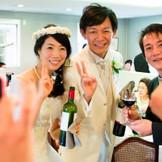 お越しいただいたゲストに最大限のおもてなし。 おいしいお食事と一緒に2人でゲストへワインのご提供。