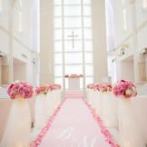 柔らかな雰囲気の純白の大聖堂には、座り心地を重視したゲスト専用ソファー