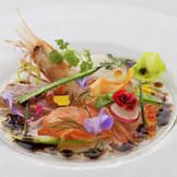 ♪♪♪婚礼コース試食会 フェアで無料開催中♪♪♪ 提供された瞬間に歓声が上がる人気の前菜。ゲストの満足度を大きく左右するお料理だからこそ、おふたりからのおもてなしの気持ちが伝わるものを。