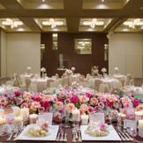 本館3F 披露宴会場 千歳の間 60名~300名までご対応できるフレキシブルな会場 会場内はシンプルな色使いでコーディネートは自由