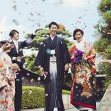 黒紋付袴姿の新郎に寄り添う白無垢に身を包んだ新婦の凛とした美しさが印象的な庭園挙式。