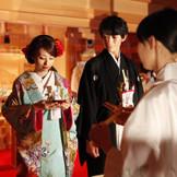 雅楽の生演奏と檜の香りに包まれ、神殿式ならではの格調高く厳かな空間。