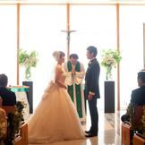 牧師先生との事前カウンセリングをもとに、1組ずつ創り上げられる温かなキリスト教式。人前式も可能。