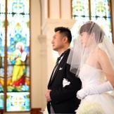 祭壇に向かう新婦と新婦父