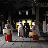 御神火の誓い。神聖な夜の神社結婚式です。幻想的な誓いの儀式と雅楽の音色がいぞれにこだまします。