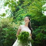 鳥のさえずりと水音の中。思わず深呼吸をしたくなるような空間に、白いドレスも映えます