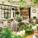 緑のコーディネートがぴったりなナチュラルテイストのパーティ会場。ガラス張りのエントランスはガーデンへ続き、開放感あふれる空間に