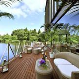滴る緑、きらめく水面...。空間デザインには清涼感漂う眺めを最高の形で愉しむための工夫がなされ、上質な非日常を演出します