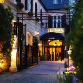 チャペルに併設しているレストラン「ラ・ロシェル南青山」 入り口での写真も映える