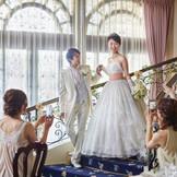 大階段からの入場はまるで映画のワンシーンのよう…。ロマンティックなあこがれの瞬間にゲストもうっとり