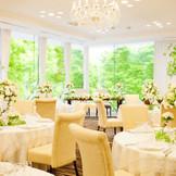 定禅寺通りのケヤキ並木に向かって大きく窓が取られ、ゲスト一人ひとりとの時間を大切にできるパーティスペース(着席54名)