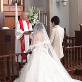 日本人の専任牧師が執り行う司式はお二人へのこれからの道標に