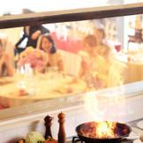 会場の様子をシェフが直接見る事ができるオープンキッチン。