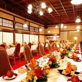 80名まで着席可能な「神路の間」は一番人気の会場。100年を超える歴史を持つ重厚な木造建築で、古き良き明治の趣が。黒漆塗りの千本格子や緋色の絨毯など、大名屋敷ならではの堂々とした風格と気品が漂う