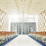 正面には滝、両壁には日本三大絣『伊予絣』がモチーフの伝統とモダンが調和したチャペル