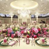 『江陽』 本館5階には神奈川最大級の披露宴会場をご用意!ラグジュアリーな空間では6大スクリーン完備。大きなシャンデリアはクラッシック感も演出。