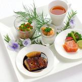 パーティの始まりにふさわしい「さまざまな前菜の盛合せ」美しい盛り付けと一品ごとに趣向を凝らした料理にゲストからは歓声が