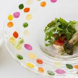 色とりどりの野菜を木の葉に見立てた「葉っぱサラダ」添えられたミニ熊手でゲスト自ら掃除をするイメージで楽しんでもらおう