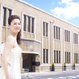 【歴史ある建物】約80年、変わらぬ姿を守ってきた煉瓦造りの建物。花嫁・花婿をモダン絵画さながらの姿に