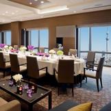 25階『雅』2~20名まで利用可能 一つのテーブルを家族で囲むアットホームな会場は、会食にもぴったり! 景色や料理の演出もお楽しみいただけます◎