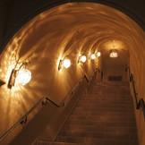 聖堂に続く薄暗い回廊には、温かみのあるランプの灯りに先導され、階段を登った先には、凛とした聖堂が。
