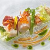新鮮な魚を使った前菜。料理はお箸でも味わえる。